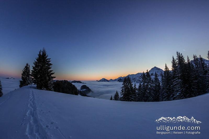 Obheiter, also Inversionswetterlage über dem Allgäu beim Sonnenaufgang während einer Skitour zum Sonnenkopf.