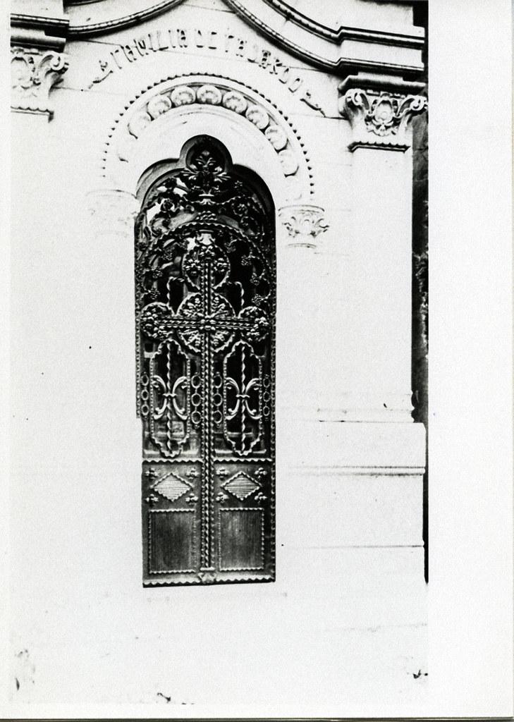 José Tejados (Labor de forja). Puerta de un panteón del cementerio. Vico, Santiago 4