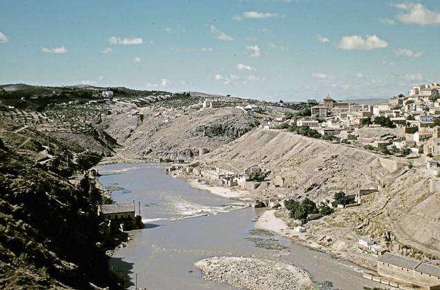 Río Tajo en Toledo entre octubre y noviembre de 1960. Fotografías de Joseph Jacobson y Maria del Carmen Rivero Hernández .