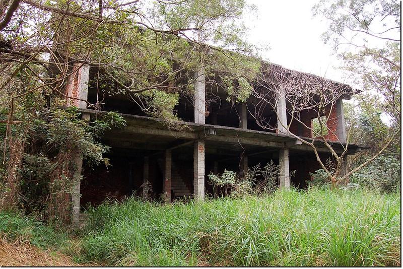 鳳梨山登山途中棄置未完工建物