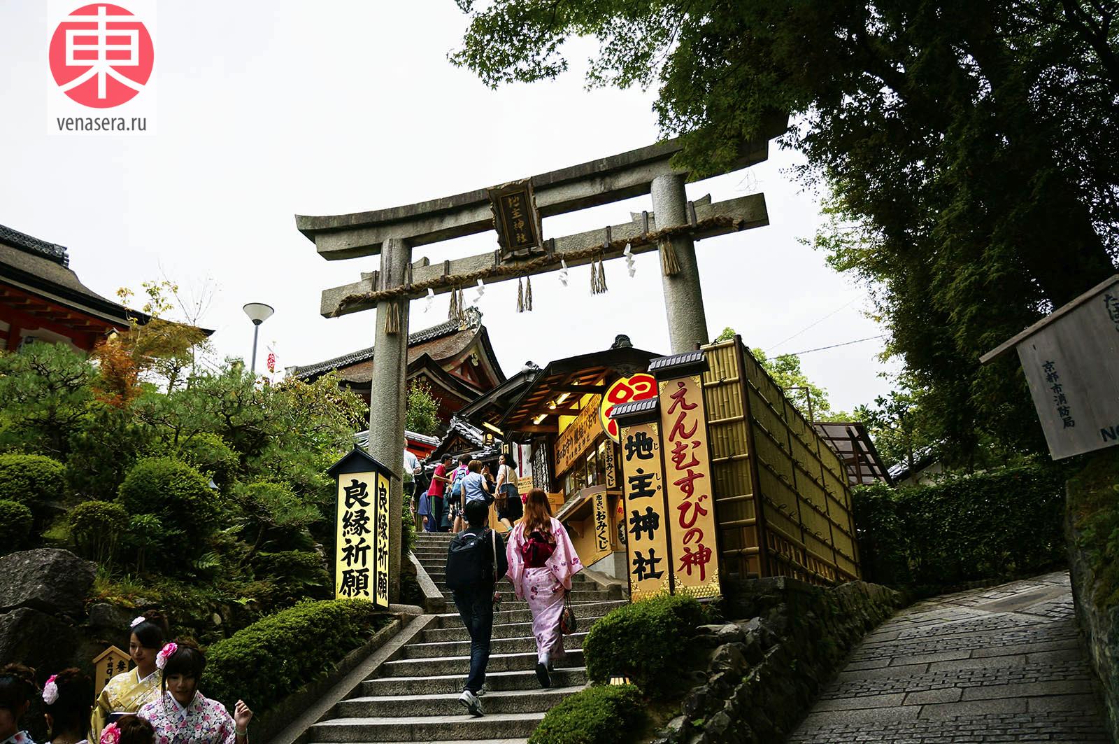 Лестница в святилище Оконинуси-но-Микото, 奥に主命, Храм Киёмидзу-дэра в Киото, 清水寺, Киото, Kyoto, 京都, Япония, Japan, 日本.
