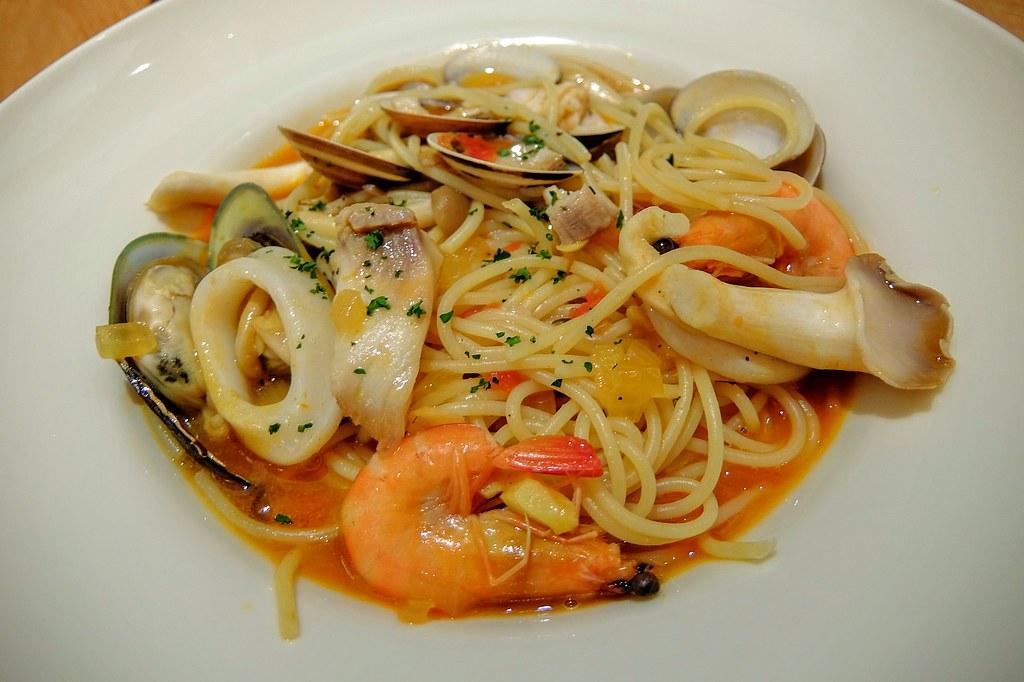 海鮮馬賽魚湯義大利麵,有許多海鮮在麵上頭..