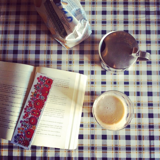 """""""Benissimo, rifletté, ho un piccolo attacco di metafisica, ma passerà"""". #breakfastpic #breakfast #fredvargas #milkshake #bookstagram"""
