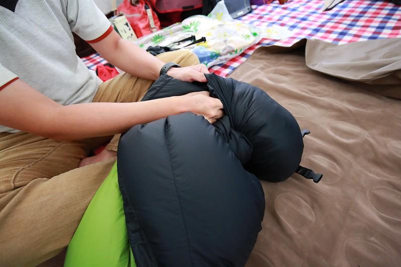 用扭轉的方式塞睡袋
