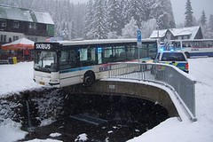 V Krkonoších padá sníh, skibus po smyku málem v řece
