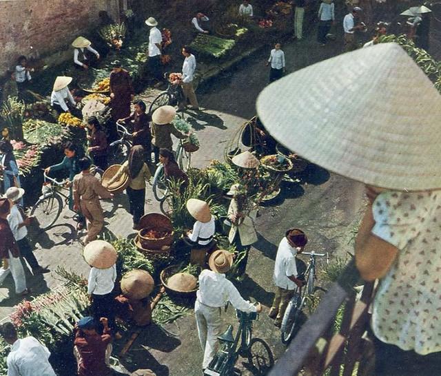 Hanoi 1959 - Photo by Rév Miklós - Chợ hoa trên phố Hàng Khoai