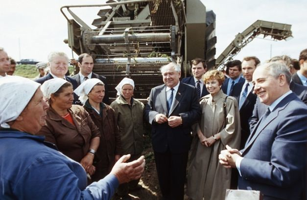 Mihail_S_Gorbaciov_in vizita_de lucru_in_agricultura_URSS_romaniabreakingnews_ro