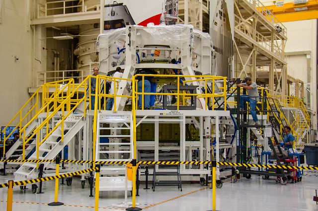 Orion - Mounting atmosphere container to support structure