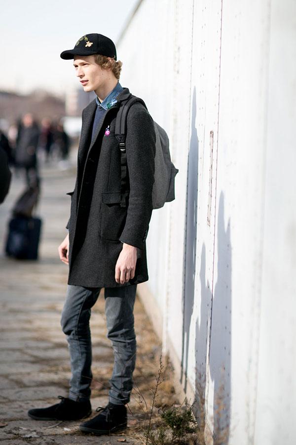 黒キャップ×デニムシャツ×グレーチェスターコート×グレージーンズ×黒チャッカブーツ