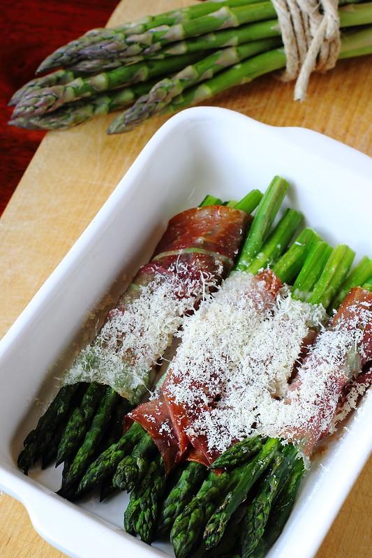 Ricetta degli asparagi con prosciutto crudo e parmigiano al forno