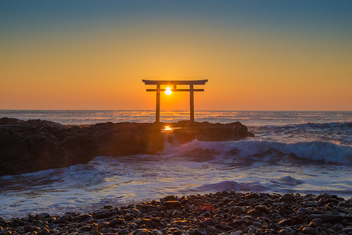 rock sunrise reflection shrinegate kamiisotorii sunlight pebbles sea waves 東茨城郡 茨城県 日本 jp