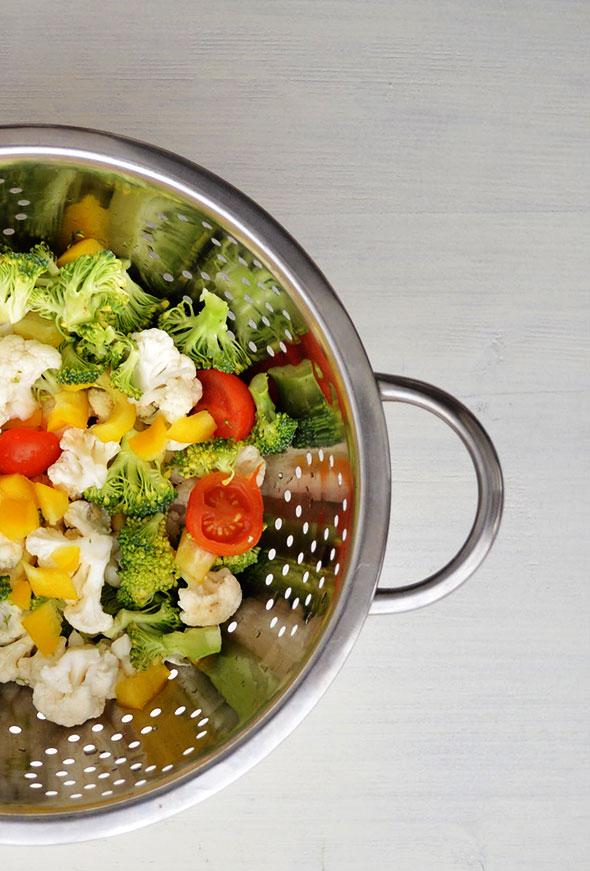 Snijd de groenten fijn en halveer de cherrytomaatjes.