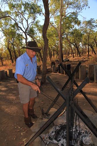澳洲昆士蘭Undara Experience-Bush Breakfast烤麵包-20141117-賴鵬智攝-2