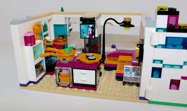 Review 41135 livi 39 s pop star house brickset lego set for Maison moderne lego