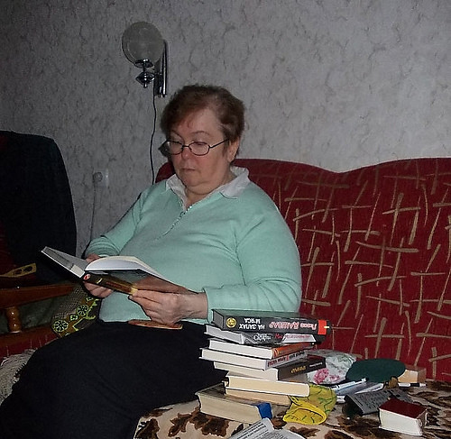 Приносять книги читачам додому