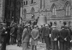 Unloading the Carillon bells on Parliament Hill, 1927 / Déchargement des cloches du carillon sur la Colline du Parlement, en 1927