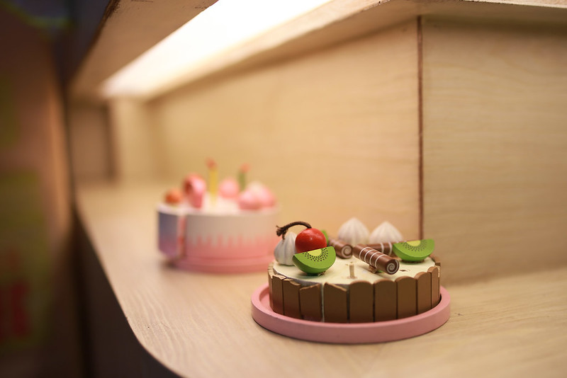 2F 吧台區的可口蛋糕。