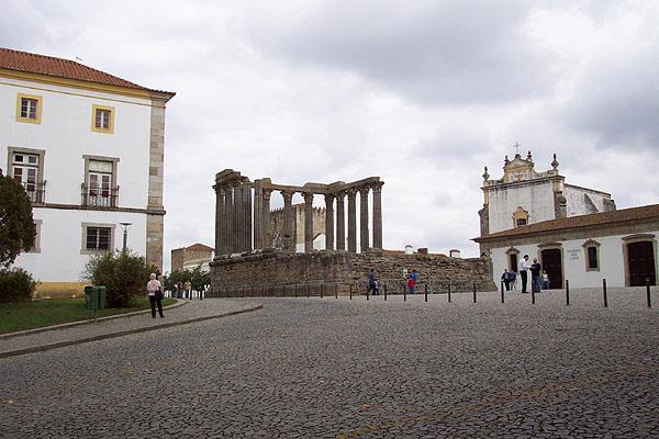 Templo de Diana y Pousada dos Loios. © Paco Bellido, 2004
