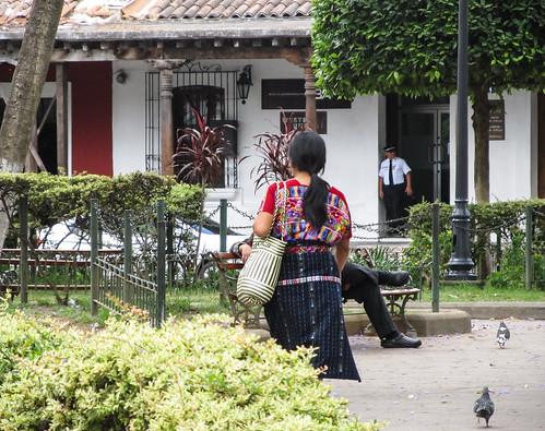 Antigua: une jeune femme en habits traditionnels dans le Parque Central