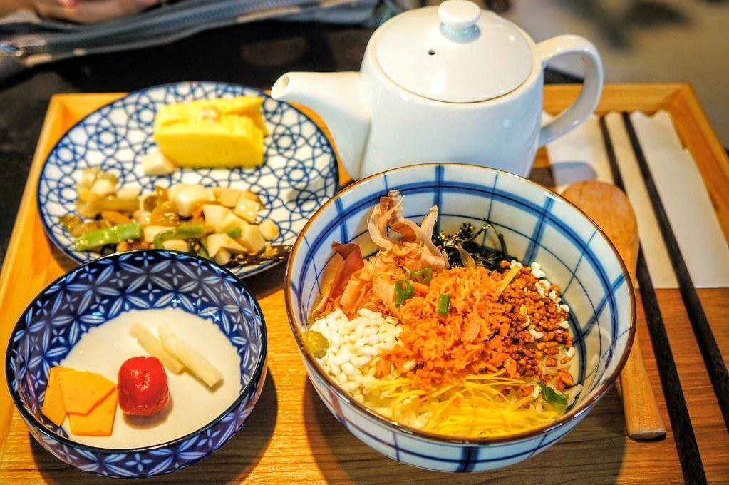 茶泡飯啊! 旁邊是二盤簡單的配菜