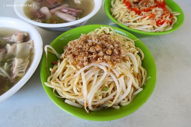24150808689 3c576cc739 z - 【台中東區】進德路拉仔麵:位於梅笙蛋糕對面的無名炒麵攤,炒麵簡單樸實,用餐時間人很多,湯料也很多很多,台灣人的正統早午餐
