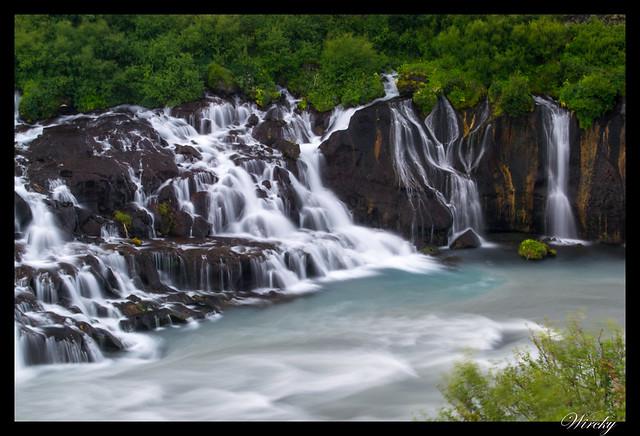 Hraunfossar Islandia cascada que no nace de río - Riachuelos que caen de cascada Hraunfossar