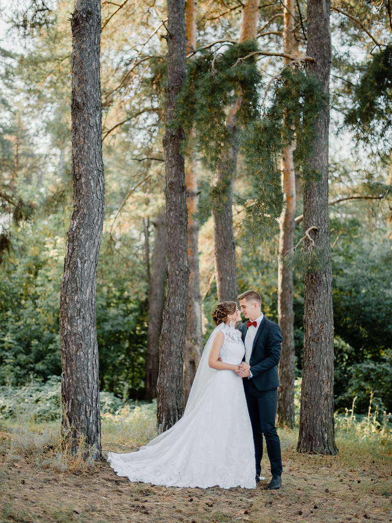 Woodland wedding dress and marsala groom bow tie for woodland wedding   fabmood.com #marsala #woodland