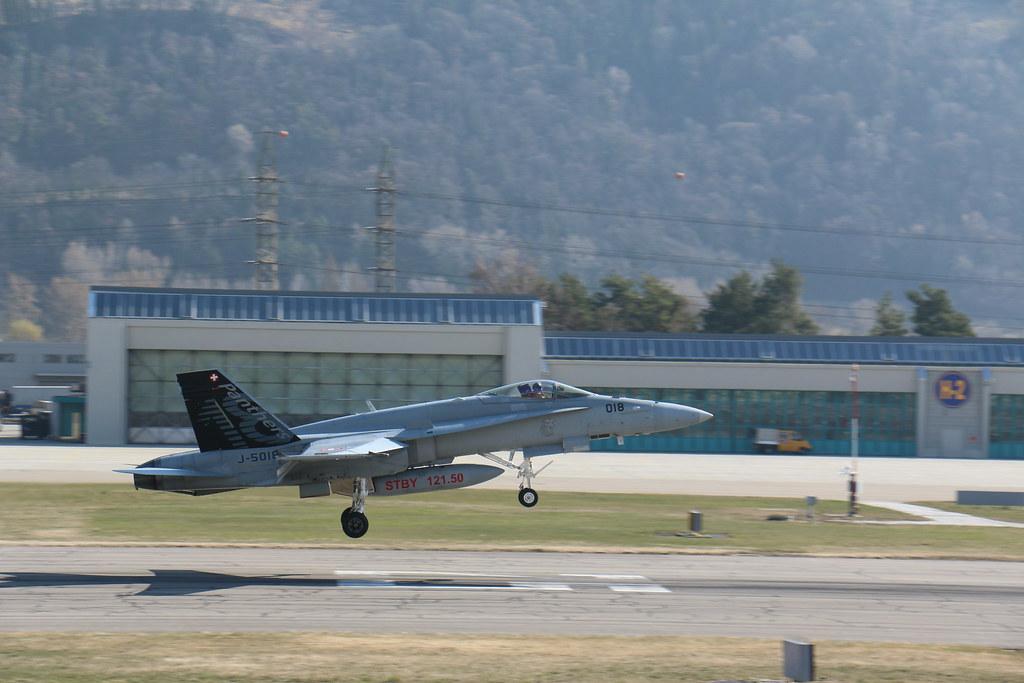 Aéroport - base aérienne de Sion (Suisse) 25201025904_369deb882a_b