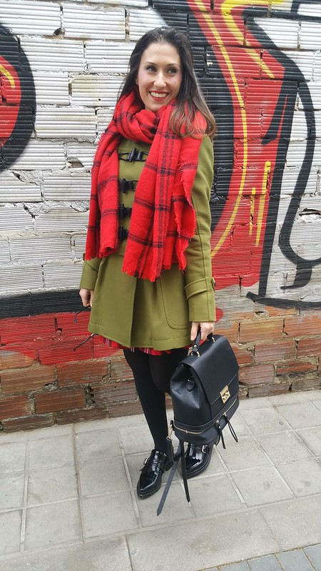 Tartán, abrigo verde militar, vestido, zapatos oxford negros planos, cinturón obi negro, una bufanda/ manta, military green coat, dress, flat black oxford shoes, black obi belt, scarf/ blanket, Zara, Holy Preppy, Mango, Ray - Ban, Aristocrazy