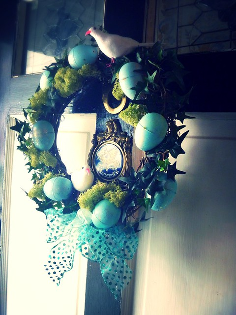 Make this simple Robins Easter Egg Wreath with this simple step by strep how to
