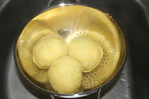 37 - Klöße abtropfen lassen / Drain potato dumplings
