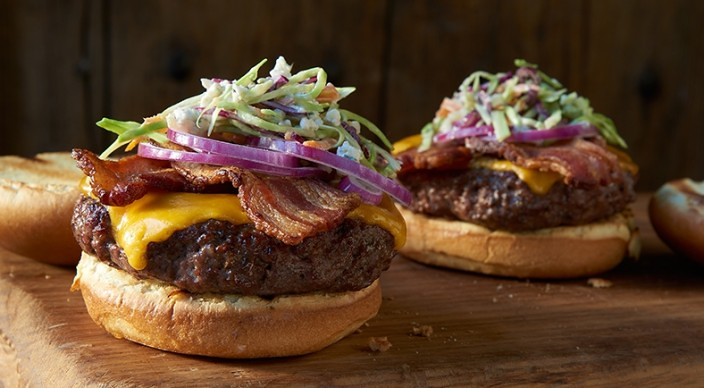 Cheeseburger με μπέικον, μπλε τυρί και λαχανοσαλάτα