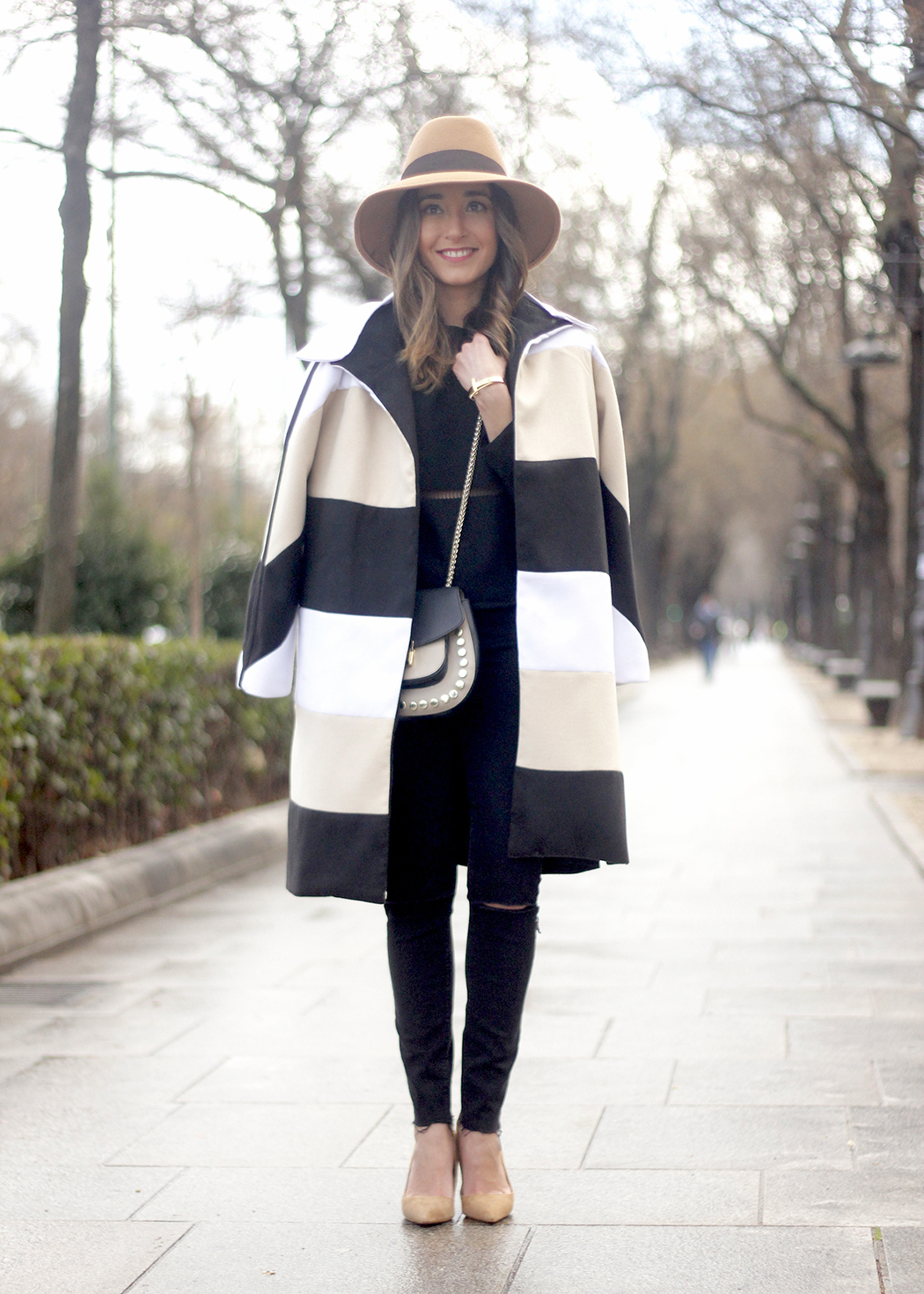 Total black outfit with sheinside coat uterqüe bag nude heels outfit fashion02