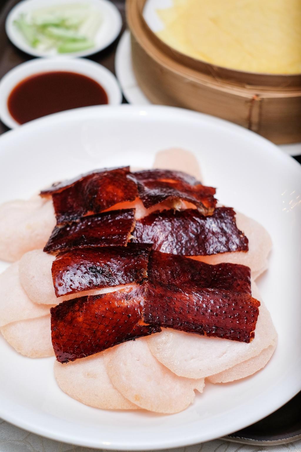华乐粤菜餐厅北京烤鸭皮配虾饼干