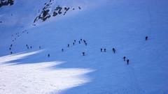 Tłumy narciarzy podchodzą na przełęcz Gran Etret 3002m.
