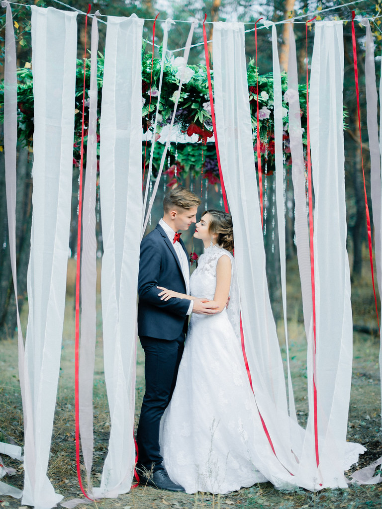 White and red ribbon decorated woodland wedding | fabmood.com
