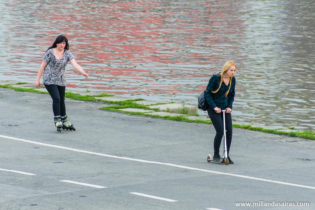 Si, el patinete también es transporte homologado para pasear a orillas del río