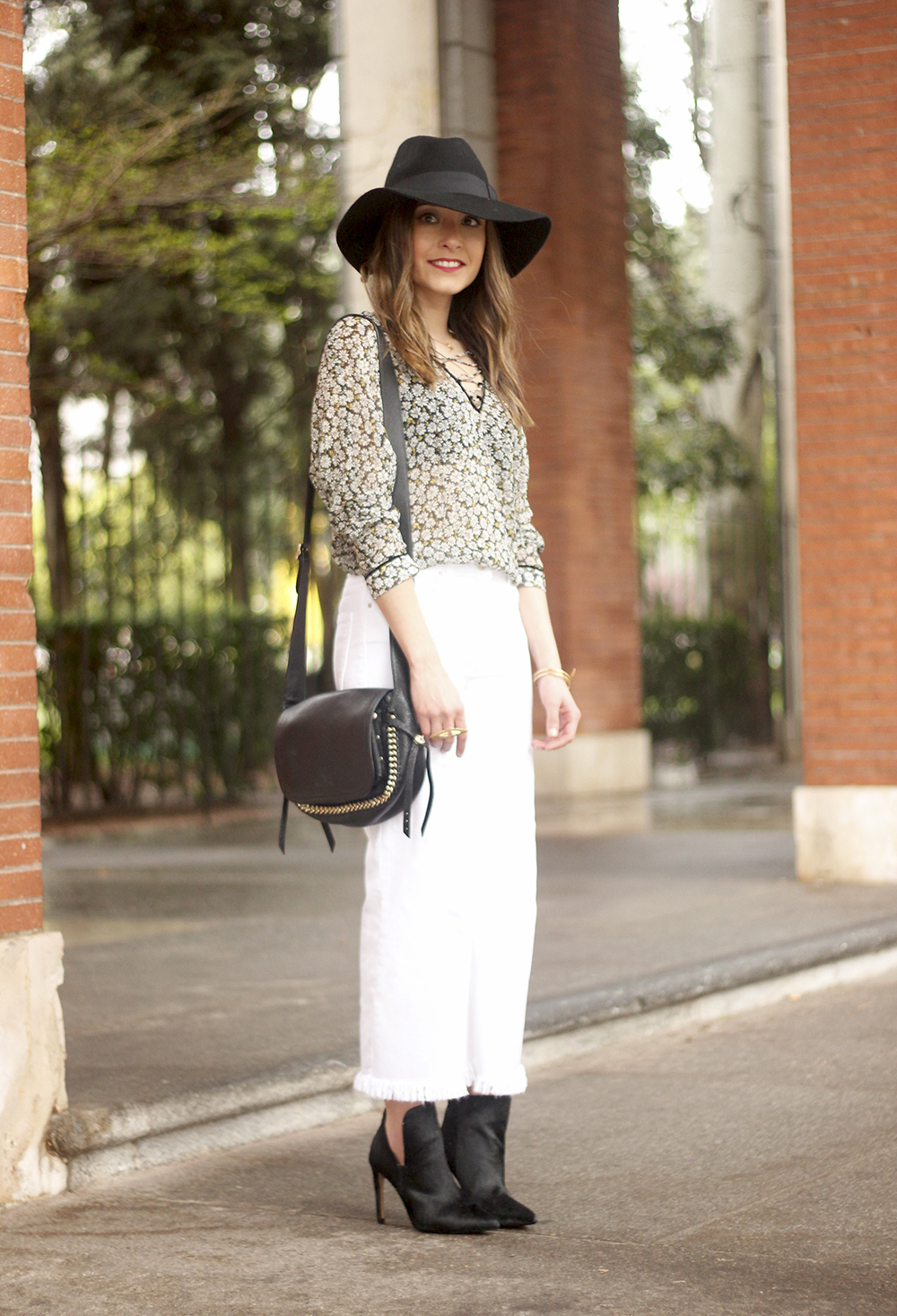 Cropped flare white jeans flower black hat booties seventies outfit01