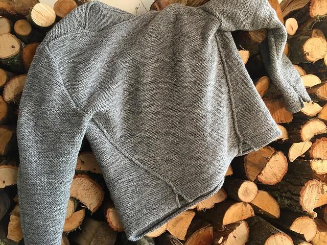 с трудом заставила себя его снять для фото)) #pullover psycho 😂💙 #monochrome by @assemblagekj 👍 #knitting #knit #iloveknitting #вязание