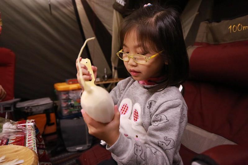 幫忙削蘿蔔皮的寶妹