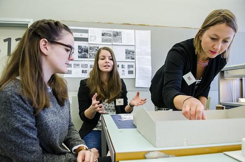 Arkitektstudentane Mantseerat Solervicens (t.v), Nadine Schmauser og Eva Birgitte Storrusten har lært mykje om flyktningar dette semesteret