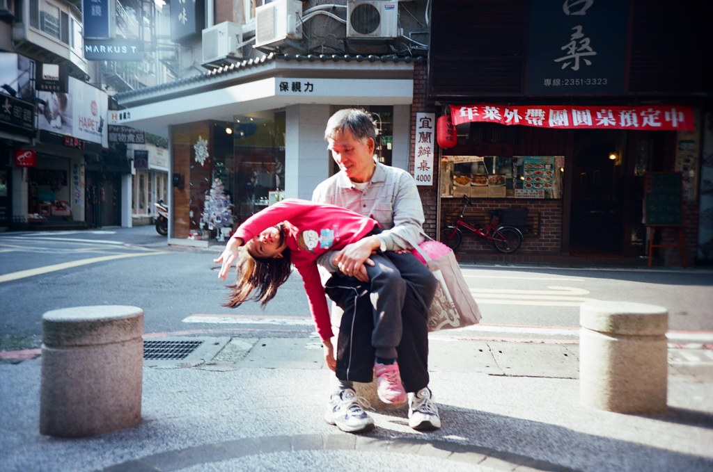 """金華街 Taipei, Taiwan / Kodak Pro Ektar / Lomo LC-A+ 如果把目標轉移,我是不是會過的比較好一點。  如果讓自己再忙一點,是不是會比較快忘記一些事情呢?  """"但該怎麼說呢?說了就想起了,那就好不起來了⋯⋯""""  Lomo LC-A+ Kodak Pro Ektar 100 6496-0014 2016-01-09 Photo by Toomore"""