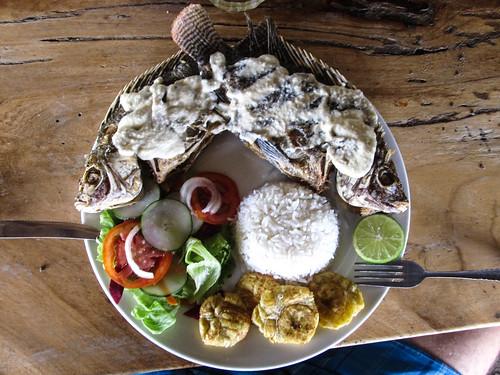Playa Santo Domingo: un poisson (enfin, deux car ils étaient petits) à la sauce à l'ail
