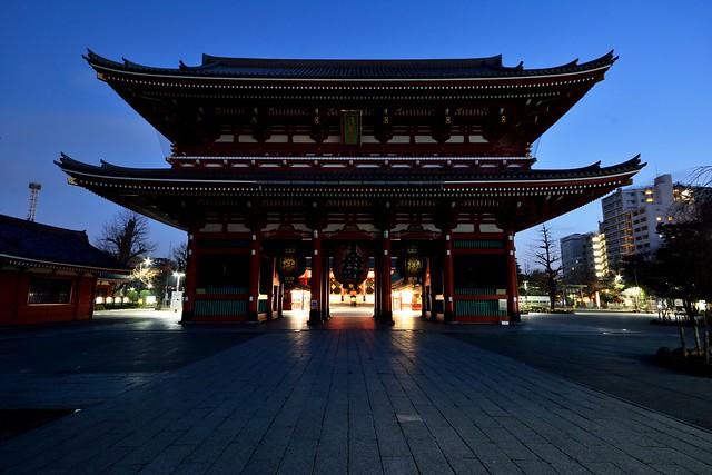 夜明け前、ライトの消えた浅草寺宝蔵門の写真