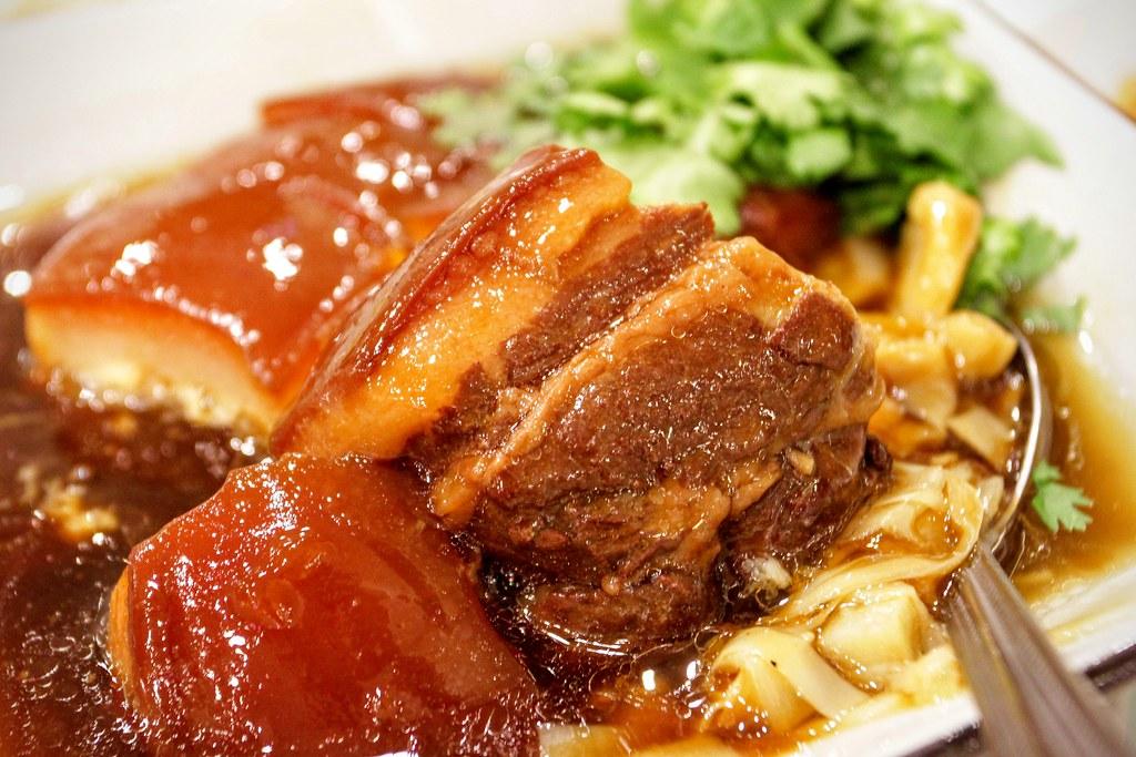 肉的部分頗軟的,肥肉多,不過東坡肉沒肥肉似乎會讓肉變硬,所以..我是可接受!