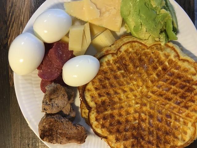 Ost, æg, pølse, svine mørbrad, avokado, mad vafler. Lækkert måltid.