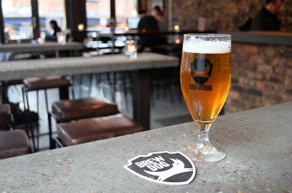 > Une bière au pub Brewdog à Bristol avant la sortie des bureaux.
