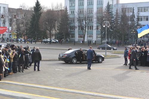 «Іуда» - кричали з-за спин поліцейських, але Порошенко не чув