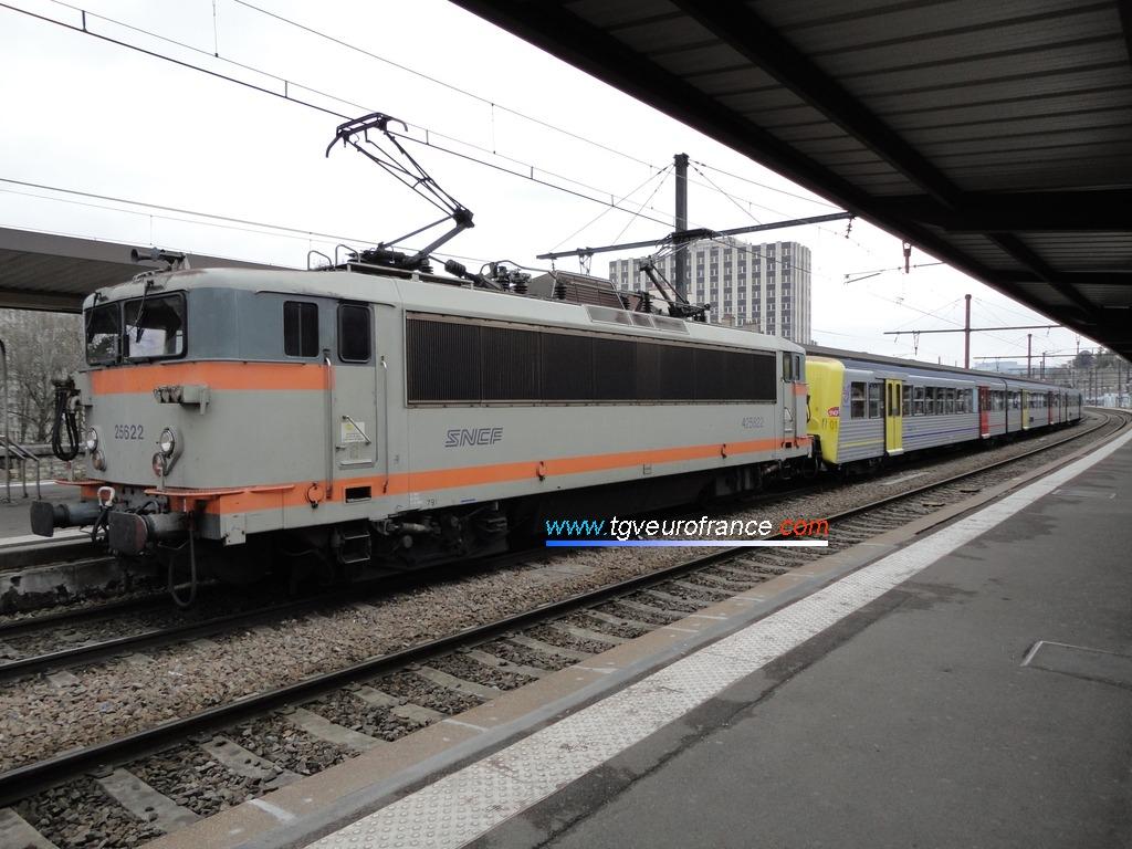 La locomotive électrique bicourant BB 25622 SNCF en livrée béton
