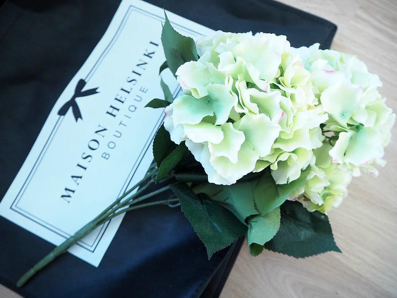hortensiakimppumaisonhelsinkiP2278529,hortensiakimppumaisonhelsinkiP2278530, vaalean vihreä, pale green, light green, hortensia, hydrangea, kukka kimppu, bouquet, maison helsinki, maison helsinki boutique, sisustus, decoration, kukat, flowers, kimppu, tekokukat, artificial flowers, laadukas, kaunis, lovely, bouquet of hydrangea, hortensia kimppu, hint of pink, decorate, home, sisustus, ostokset, shopping, inspiration, paketti, rusetti, kassi, maljakko, vase, sellofaani,